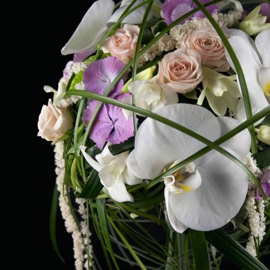 Ramo de novia con phalaenopsis, rosas de color rosa y tallos verdes.