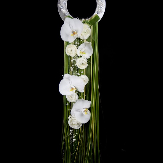Ramo de novia moderno con phalaenopsis, rosas blancas, pedreria y tallos verdes.