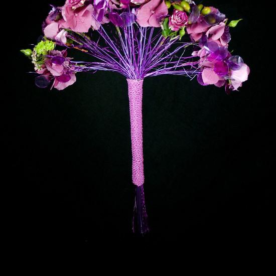 Ramo de novia moderno en tonos rosas.