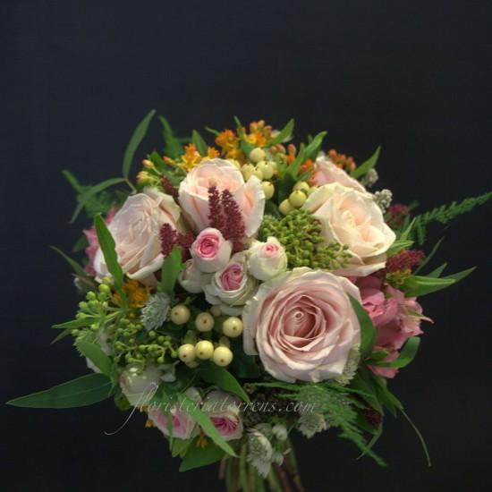Ramo de novias con mimi edem y rosas de color rosa.