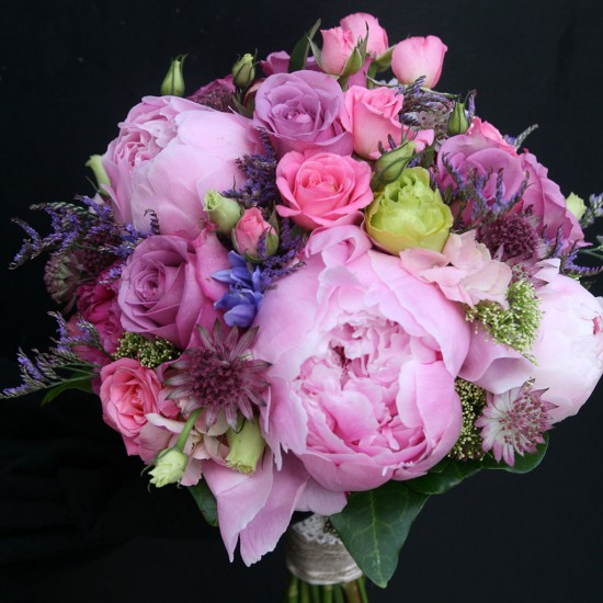 Ramo de novia clásico variado en colores rosas.