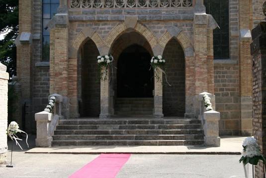Exterior iglesia josefinas decorado para boda religiosa.